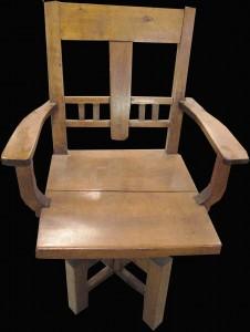 Tuolissa ei ollut turvallista istua, jos se ei nojannut seinään. Jalka oli aivan liian pieni suhteessa muuhun tuoliin.