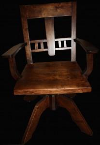 Suunnittelin uuden, tukevan jalan - nyt voi istua pelkäämättä kaatumista. Valmistin sen koivusta, useammasta useasta kappaleesta ja sahasin sen muotoon. Tuolin olin hionnut puulle ja petsasin sen omalla värisekoituksella sekä viimeistin mattalakalla.