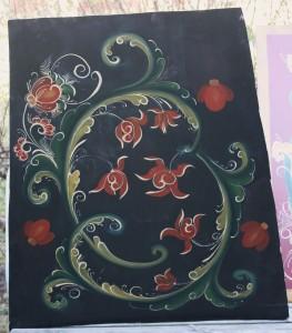 Niinsanotun STAFEERAUKSEN treenausta. Stafeeraus on sitä varsinaista koristemaalausta, josta norjalainen tyyli tunnettu.