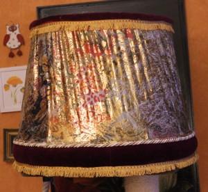 Vanhoista tarvikkeista uusi lampunvarjostin.