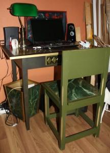 Tyttöpöytä, talonpoikaistuoli ja puuroskis marmoroituna samoilla väreillä ja kuvioilla.